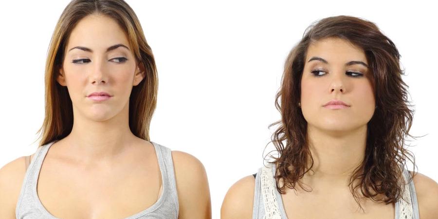 mujeres mirándose con envidia