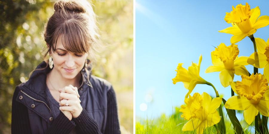 Mujer orando al lado de flores