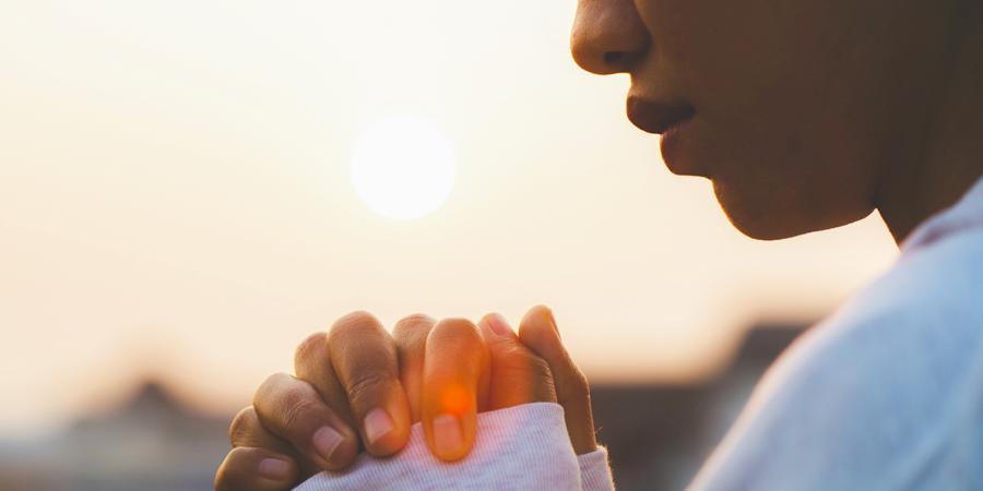 persona rezando